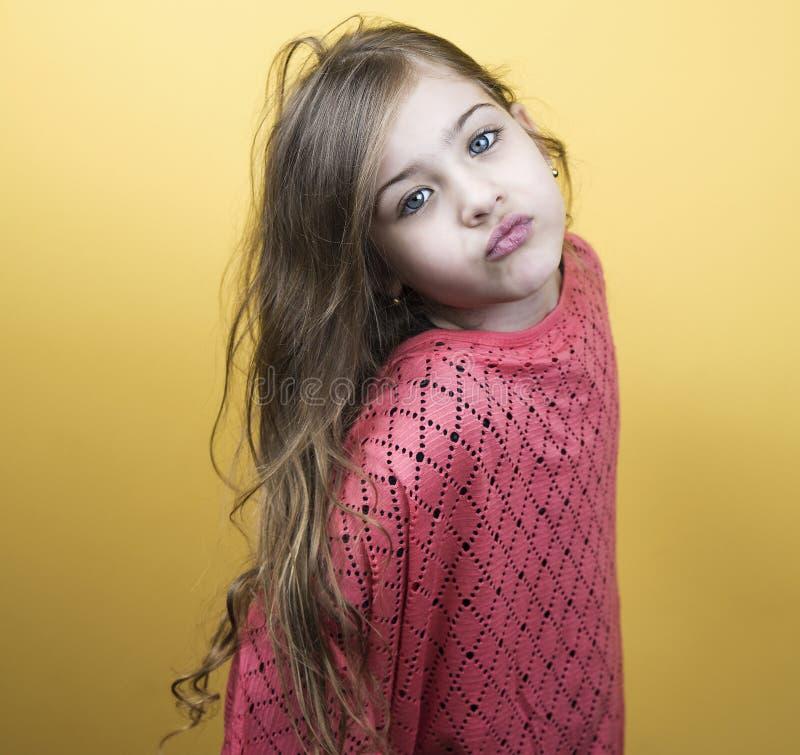 Portret van een leuk meisje met mooie blauwe ogen stock foto's