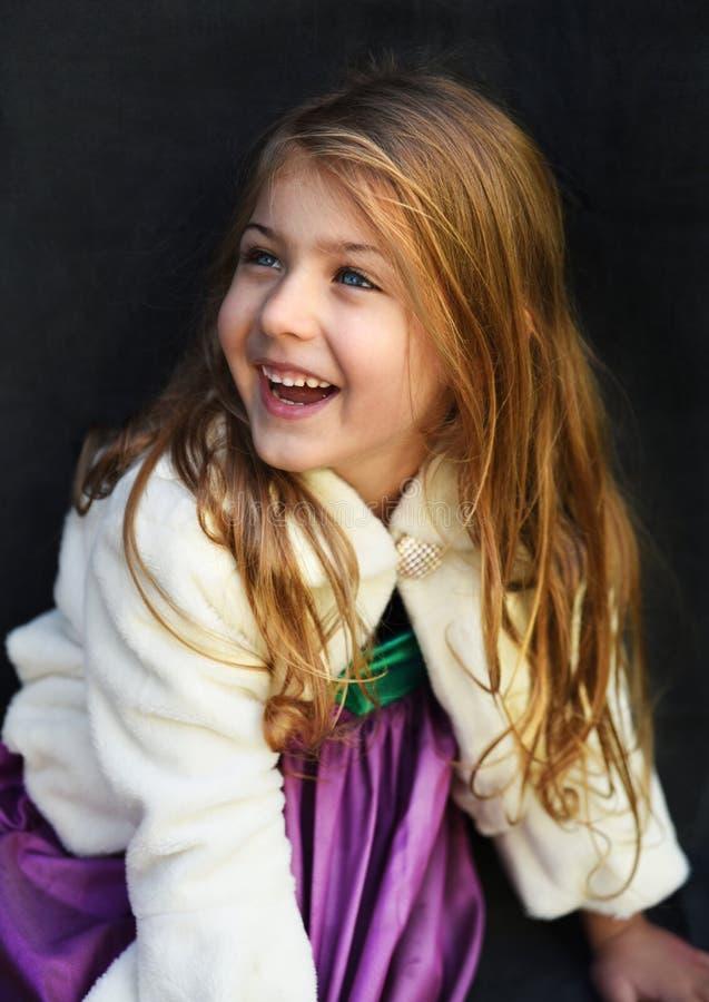 Portret van een leuk meisje met een mooie glimlach stock foto's
