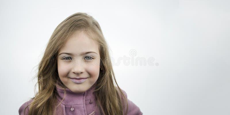 Portret van een leuk meisje met een mooie glimlach stock foto