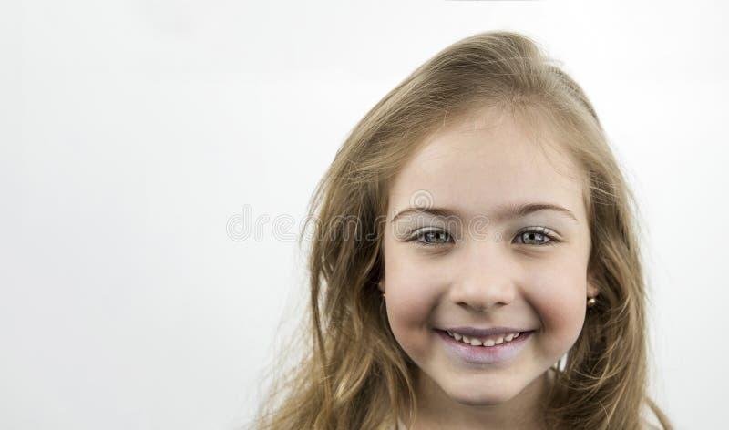 Portret van een leuk meisje met een mooie glimlach royalty-vrije stock fotografie