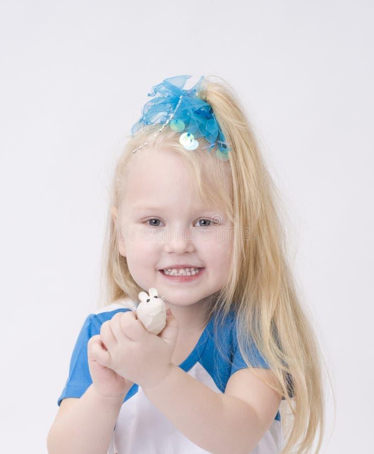Portret Van Een Leuk Meisje Met Stuk Speelgoed Muis Stock Afbeeldingen