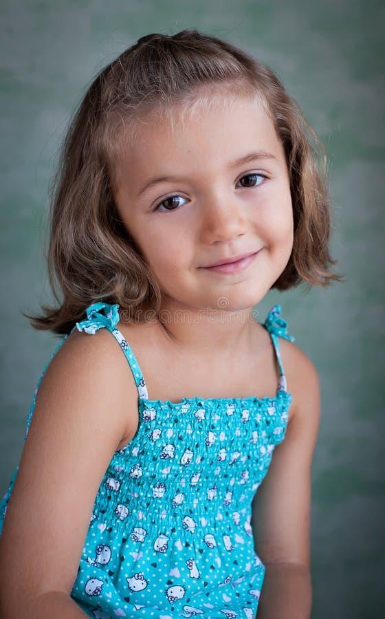 Portret van een leuk meisje op geïsoleerde achtergrond royalty-vrije stock foto