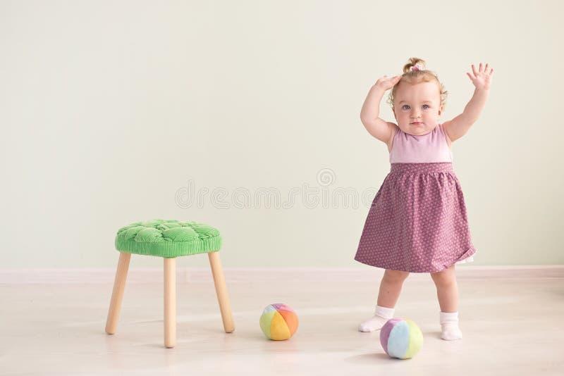 Portret van een leuk meisje in een roze kleding royalty-vrije stock fotografie