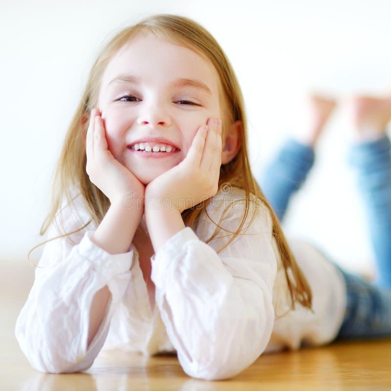 Portret van een leuk meisje thuis royalty-vrije stock foto