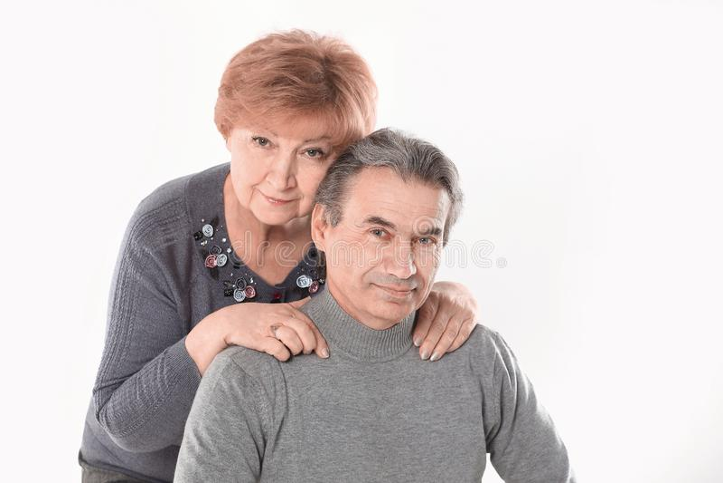Portret van een leuk oud paar Ge?soleerdj op witte achtergrond stock afbeeldingen