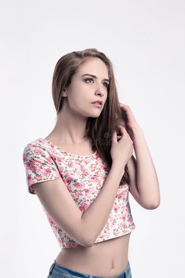 Portret van een leuk peinzend meisje Op wit stock foto