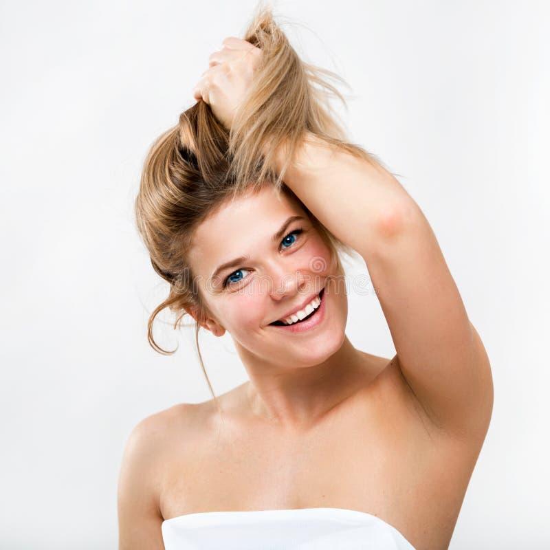 Portret van een leuke glimlachende jonge vrouw Vrouwelijke gezichtsclose-up Het meisje toont gezond mooi haar aan royalty-vrije stock foto