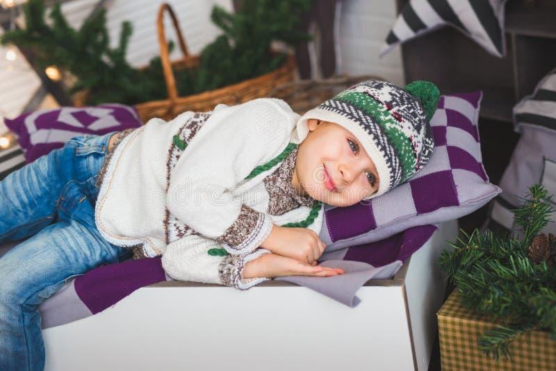 Portret van een Leuke jongen die op een bed glimlachen royalty-vrije stock afbeelding