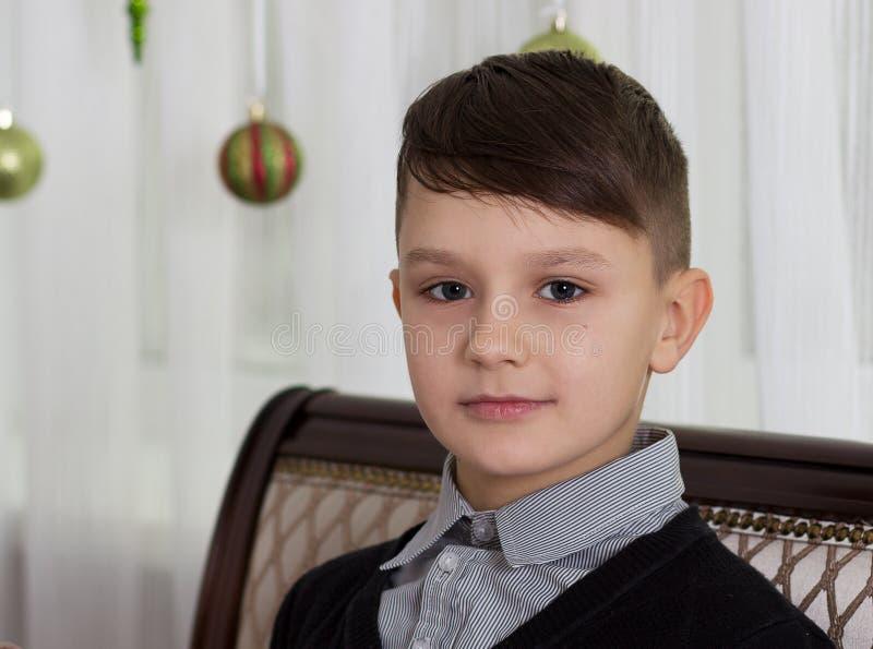 Portret van een leuke jongen in Kerstmistijd stock afbeeldingen