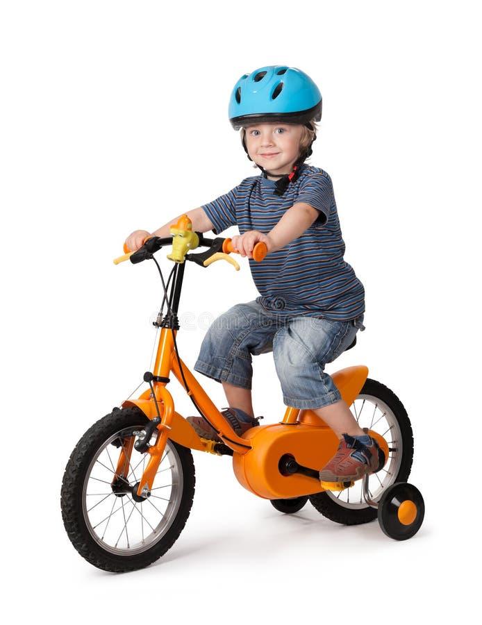 Portret van een leuke jongen op fiets stock afbeeldingen