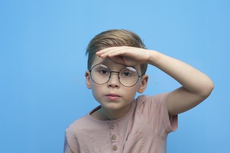 Portret van een leuke kleine jongen met glazen stock fotografie