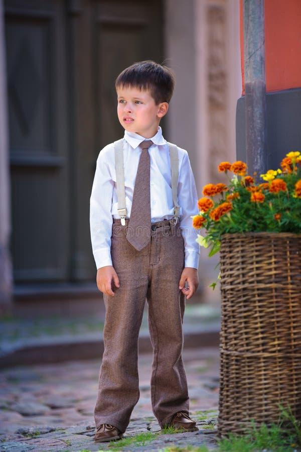 Portret van een leuke kleine jongen in openlucht in stad royalty-vrije stock foto's