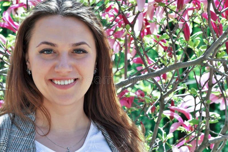 Portret van een leuke mooie jonge vrouw stock foto