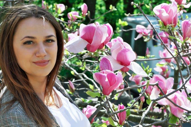 Portret van een leuke mooie jonge vrouw royalty-vrije stock foto's