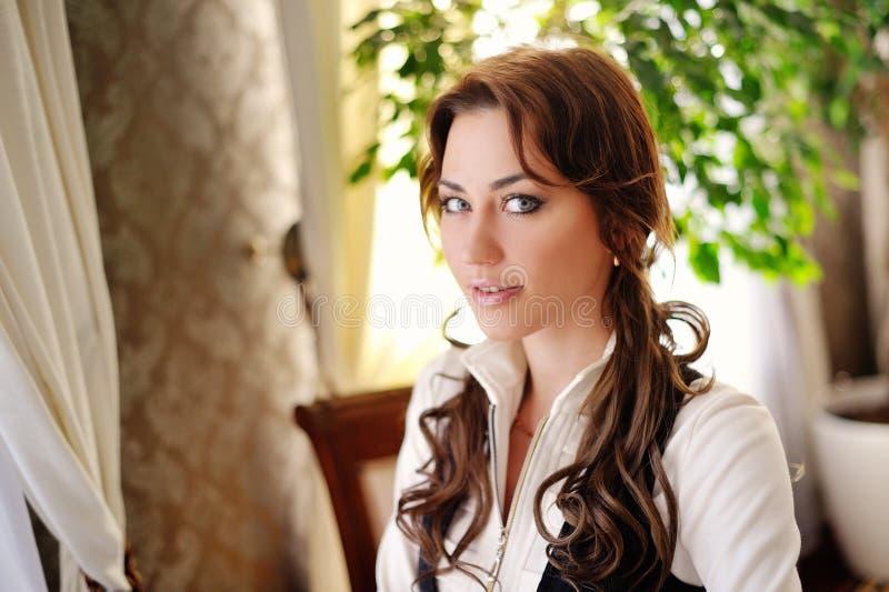 Portret van een leuke vrouw royalty-vrije stock afbeelding