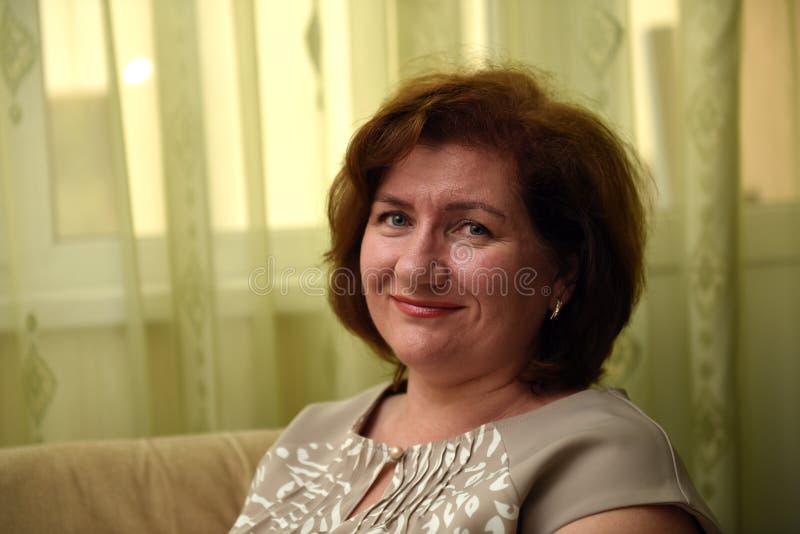 Portret van een leuke vrouw royalty-vrije stock afbeeldingen
