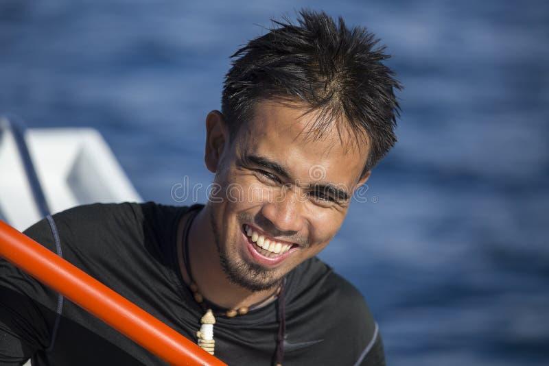 Portret van een lokale mens die een boot met toeristen in werking stelt Gr Nido, Filippijnen royalty-vrije stock afbeeldingen