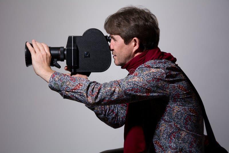 Portret van een maniercameraman met oude filmcamera stock fotografie