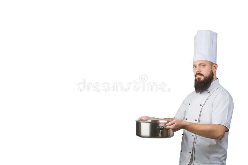 Portret van een mannelijke die de holdingspan van de chef-kokkok op een witte achtergrond wordt geïsoleerd Ruimte voor tekst royalty-vrije stock afbeelding