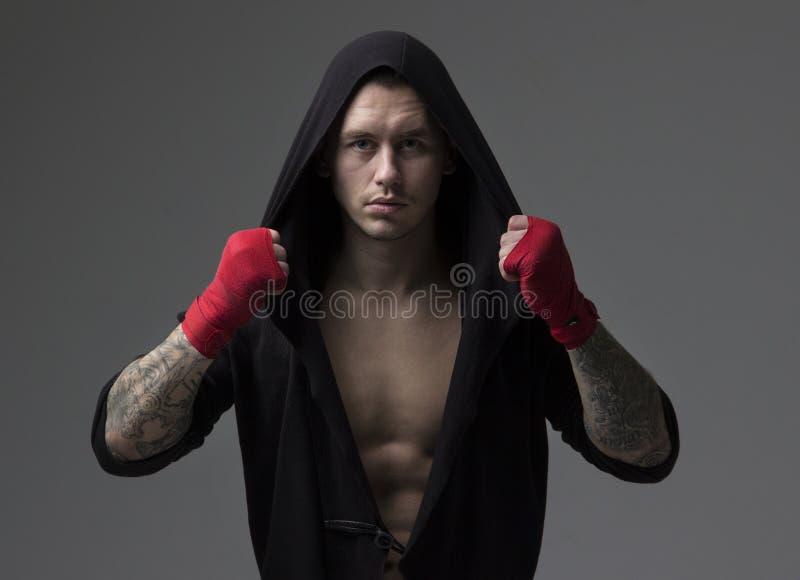Portret van een mannelijke in dozen doende vechter in sportkleding stock foto's