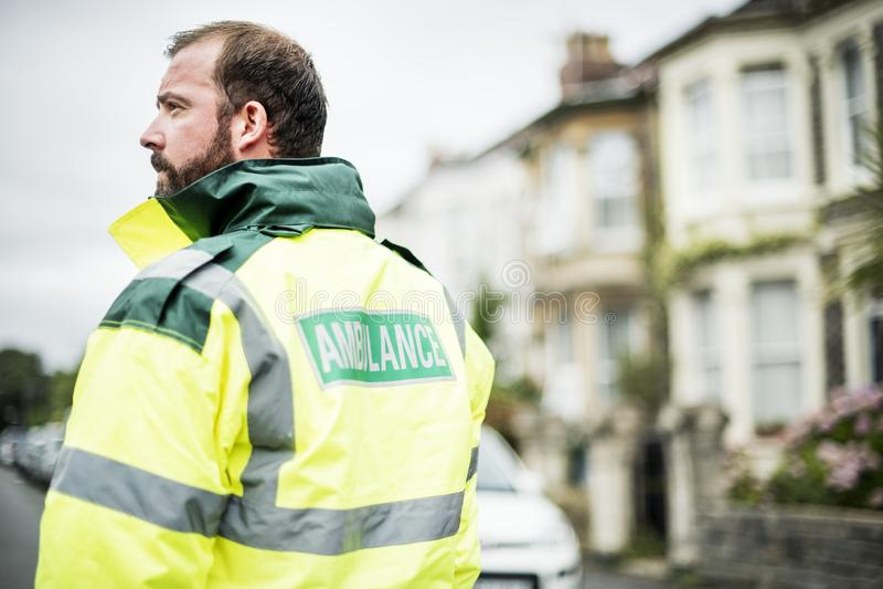 Portret van een mannelijke paramedicus in eenvormig stock foto's