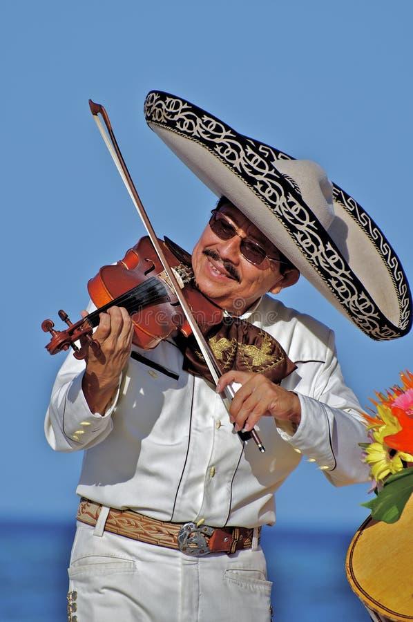 Portret van een Mariachi-Speler die met een Viool voor een Strandpubliek presteren stock foto