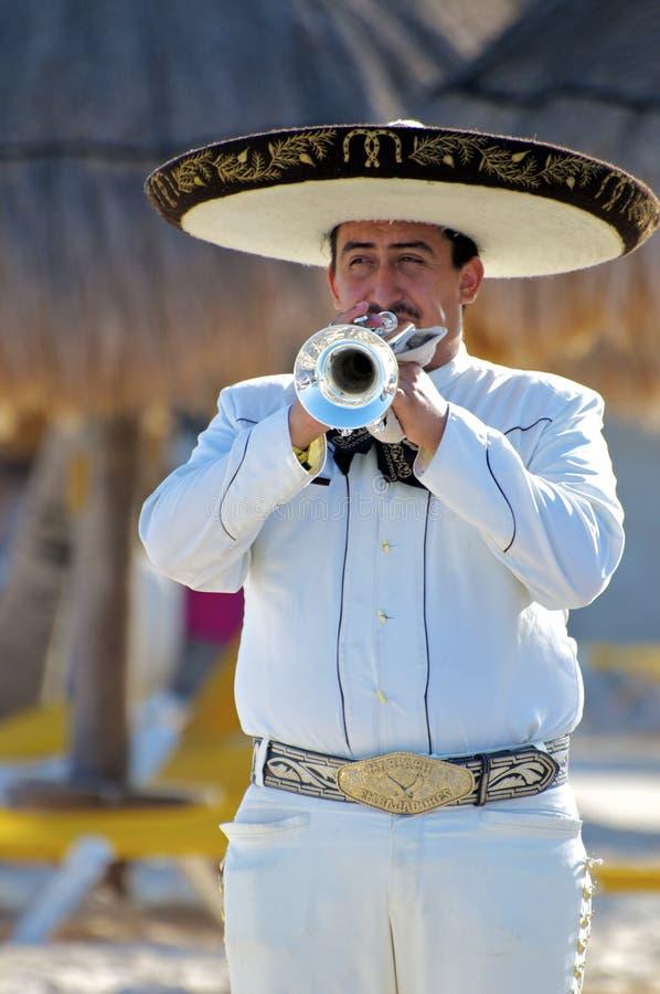 Portret van een Mariachi-Speler die met een Zilveren Trompet voor een Strandpubliek uitvoeren stock afbeeldingen