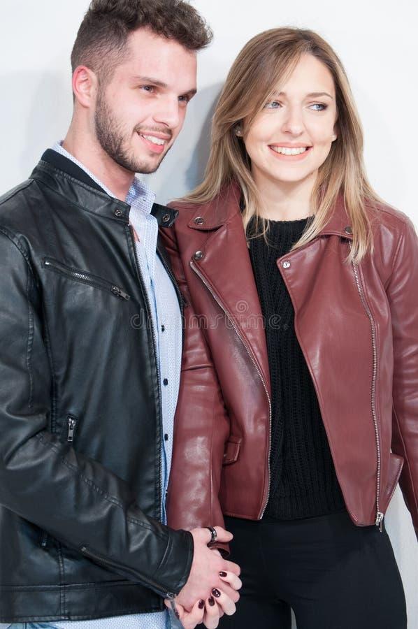 Portret van een medio volwassen man en het jonge vrouw glimlachen royalty-vrije stock afbeelding