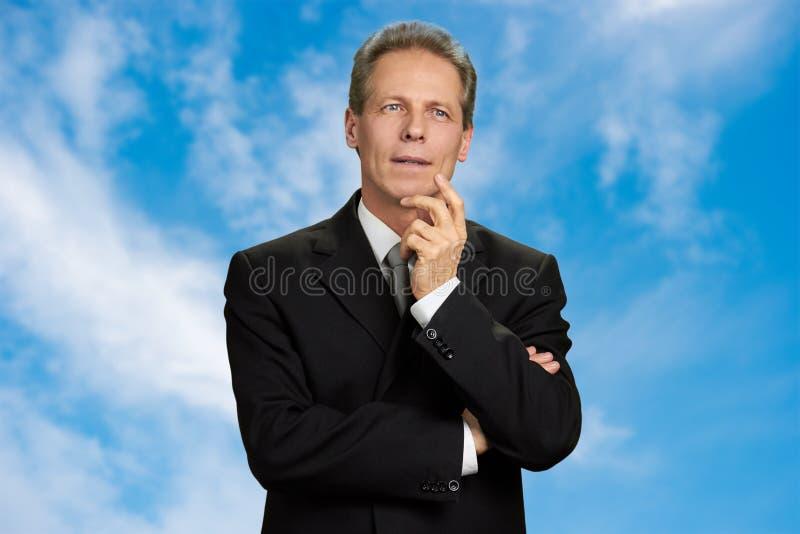 Portret van een meditatieve rijpe zakenman stock afbeelding