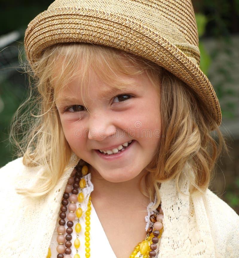 Portret van een meisje in een beige hoed, witte blouse en met verschillende parels rond haar hals royalty-vrije stock afbeeldingen