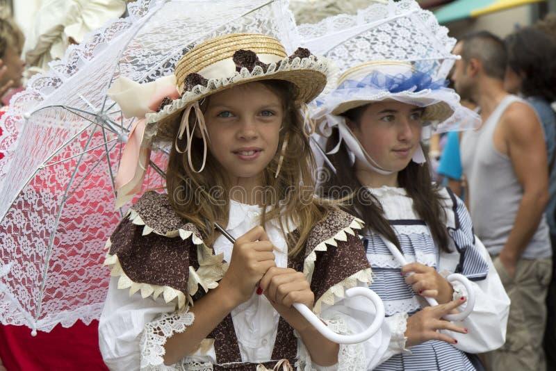 Portret van een meisje dat uitstekende kleren draagt. stock afbeelding