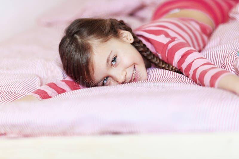 Meisje in het bed royalty-vrije stock afbeelding