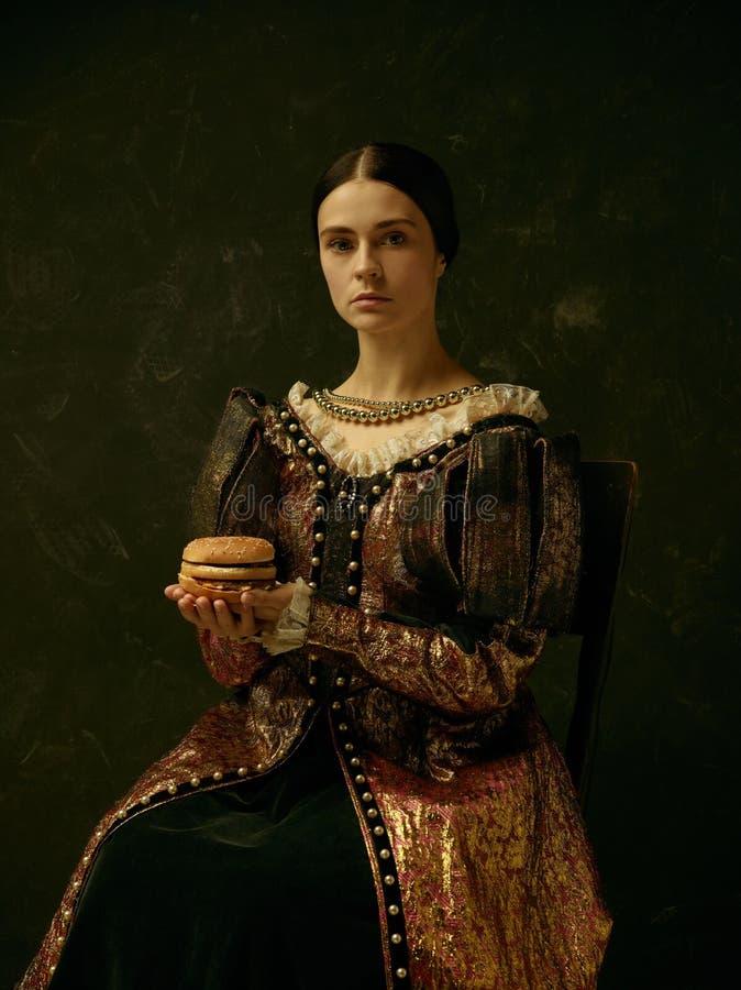 Portret van een meisje die een retro prinses of een gravinkleding dragen royalty-vrije stock foto