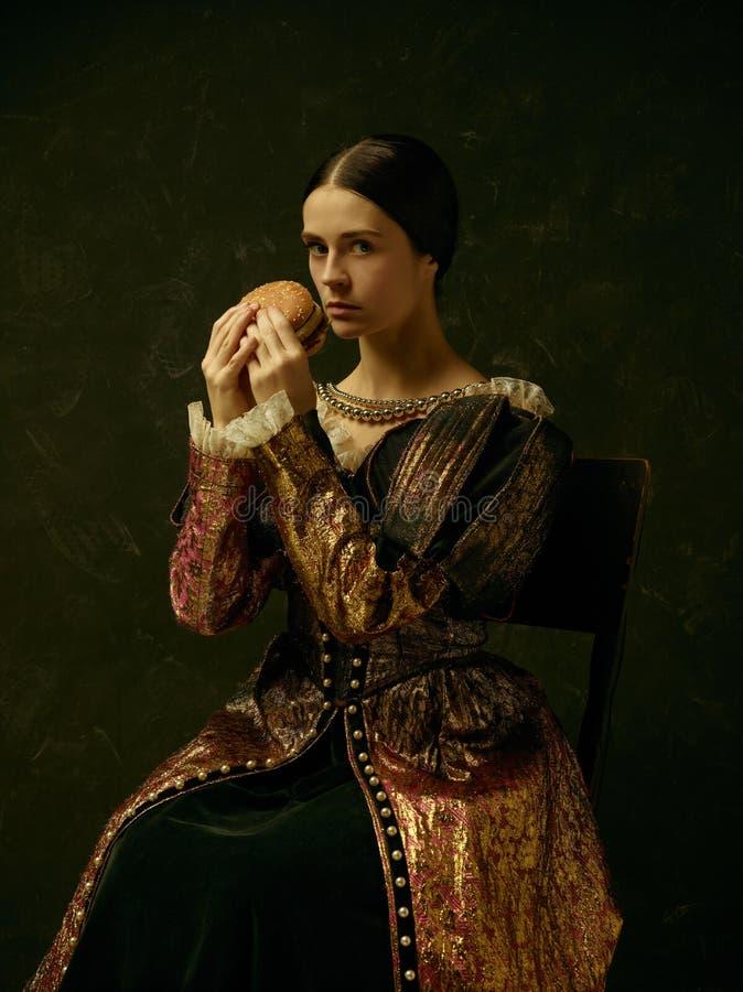 Portret van een meisje die een retro prinses of een gravinkleding dragen stock afbeeldingen