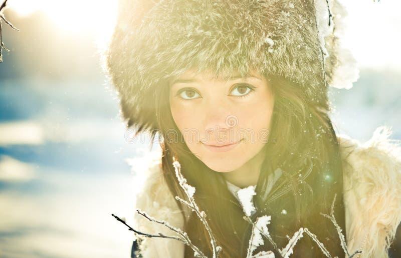 Portret van een meisje in een bonthoed in backlit royalty-vrije stock fotografie