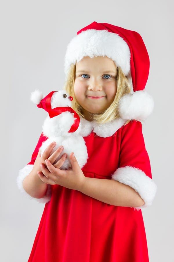 Portret van een meisje in een rood Kerstmiskostuum stock afbeelding