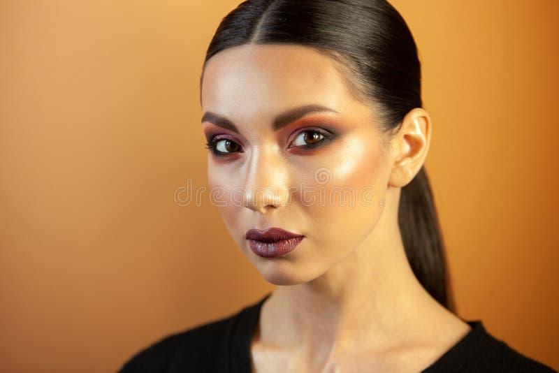 Portret van een meisje van Europese Aziatische verschijning met make-up royalty-vrije stock fotografie