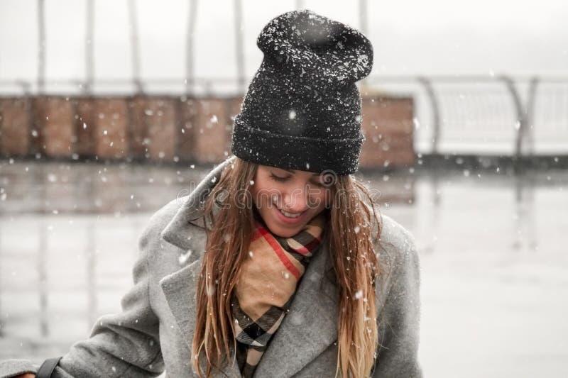 Portret van een meisje in een hoed en een grijze laag royalty-vrije stock afbeelding