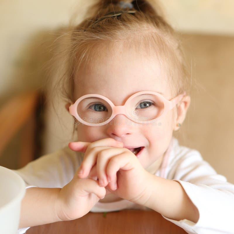 Portret van een meisje met Benedensyndroom royalty-vrije stock foto