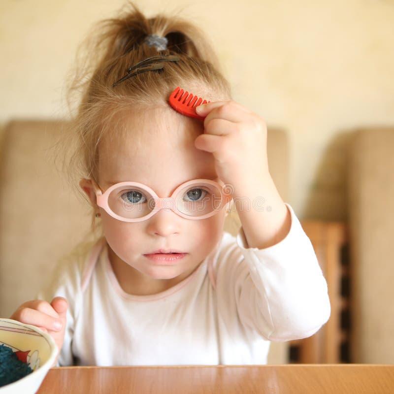 Portret van een meisje met Benedensyndroom stock foto's