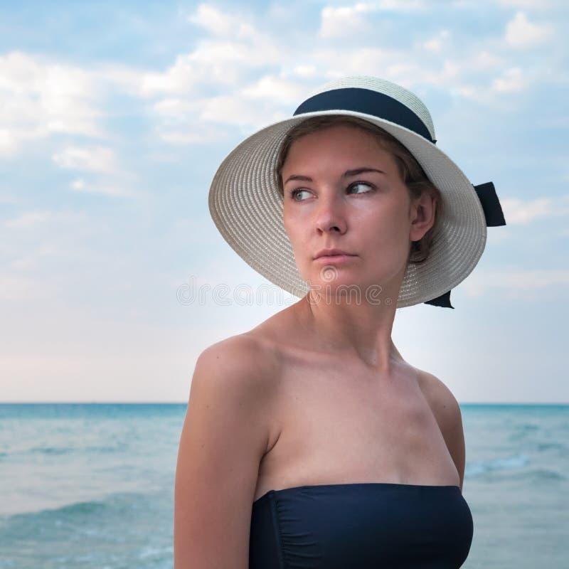 Portret van een meisje met de oceaanachtergrond royalty-vrije stock afbeelding