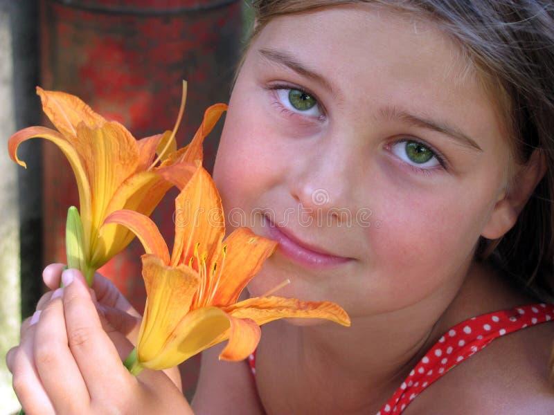 Portret van een meisje met een bloem stock fotografie