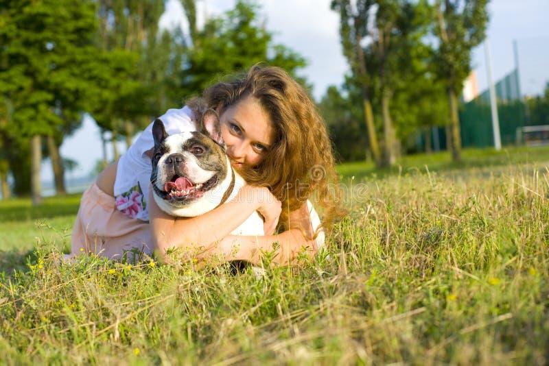 Portret van een meisje met een hond royalty-vrije stock fotografie