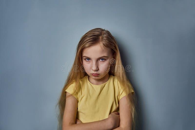 Portret van een meisje met emoties op haar gezicht stock foto