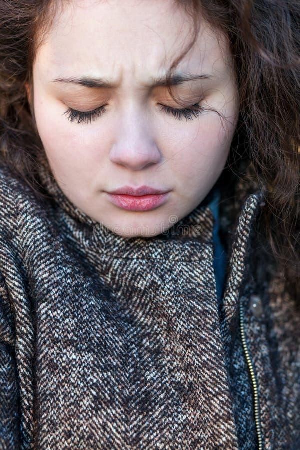 Portret van een meisje met gesloten verstoorde ogen en melancholie royalty-vrije stock foto