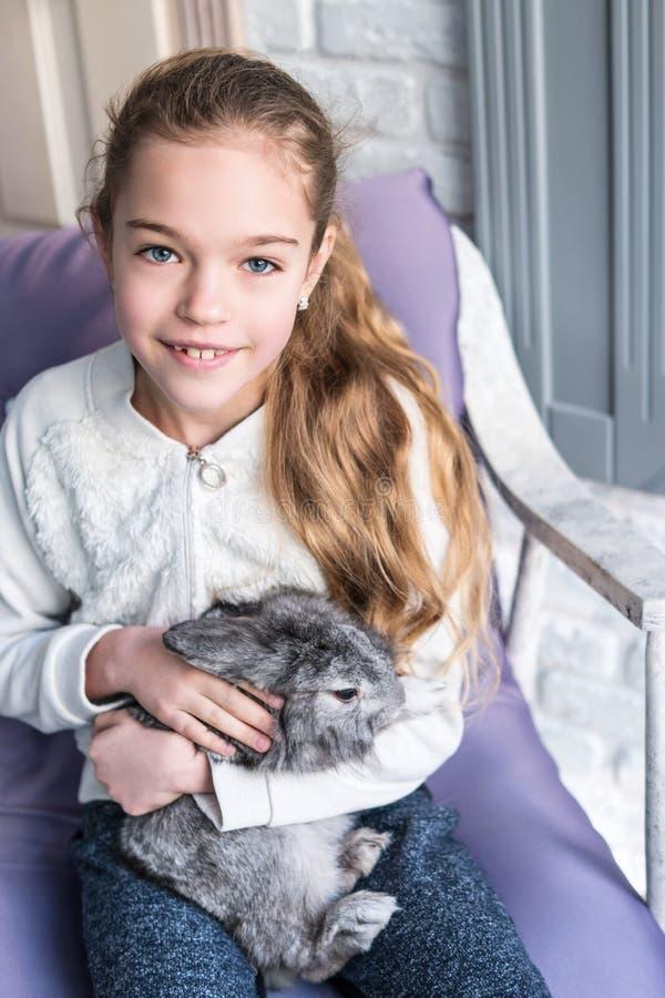 Portret van een meisje met een konijn stock afbeeldingen