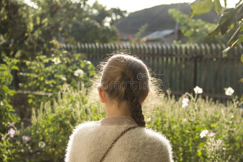 Portret van een meisje met een vlecht op een zonnige dag stock fotografie