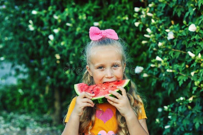 Portret van een meisje met een watermeloen in aard royalty-vrije stock foto