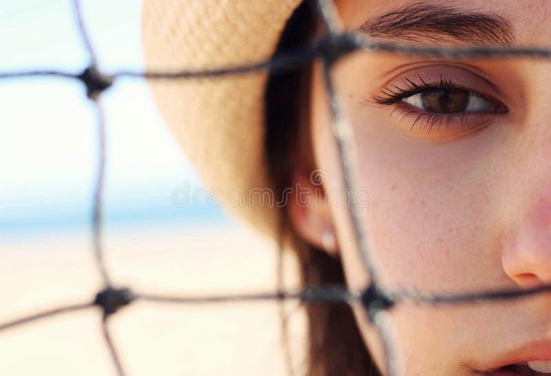 Portret van een meisje op het strand stock afbeelding