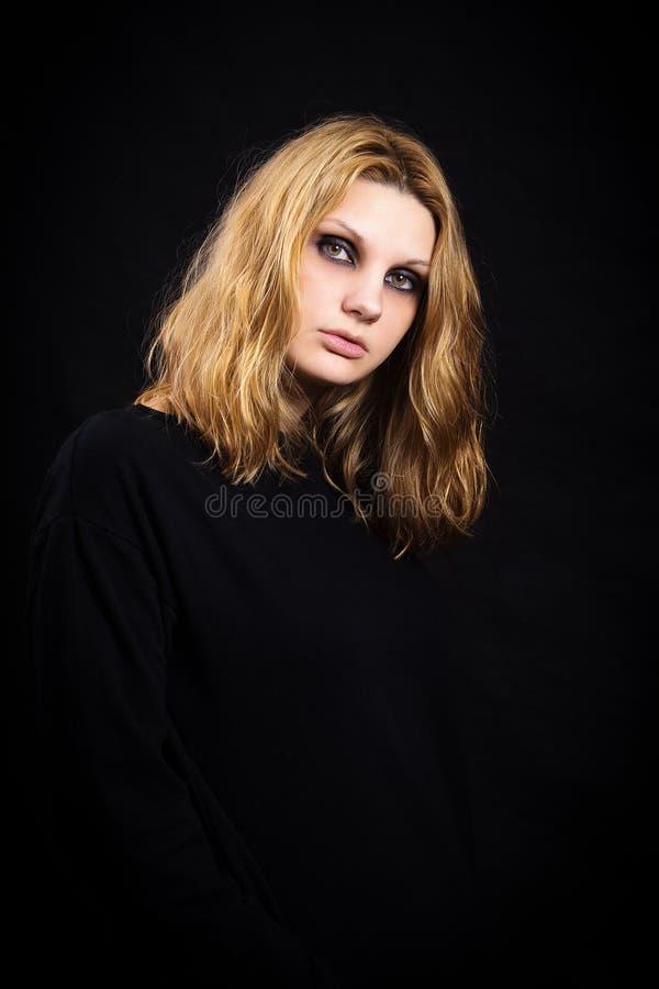 Portret van een meisje op zwarte achtergrond met heldere make-up royalty-vrije stock foto